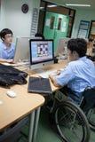 W szkole wyższa w Bangkok, niepełnosprawny uczeń w komputer klasie Fotografia Royalty Free