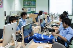 W szkole wyższa w Bangkok, ucznie w komputer klasie Obrazy Royalty Free