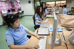 W szkole wyższa w Bangkok, ucznie w komputer klasie Obrazy Stock