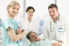W szpitalu stary męski pacjent Zdjęcia Royalty Free