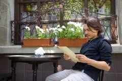 W tarasowej kawiarni młodego człowieka ładny obsiadanie fotografia royalty free