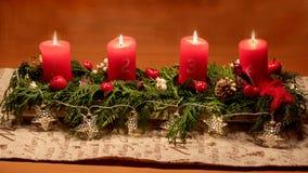 W ten jaskrawym czekać na Bożenarodzeniowym czasie, zaświecamy w górę cztery cand zdjęcie royalty free