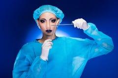 W?tender Doktor Nurse der plastischen Chirurgie in der Hygiene-Klage stockfotos