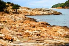W Thassos wyspie skalista plaża, Grecja Zdjęcia Royalty Free