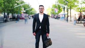 W timelapse młoda biznesmena mienia teczka w ulicie zdjęcie wideo