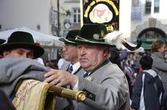 W tradycyjnych sukniach holenderscy ludzie - Oktoberfest Zdjęcia Stock