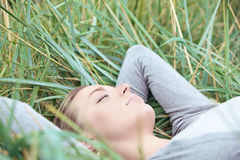 W trawie kobiety spokojny dosypianie Obrazy Stock