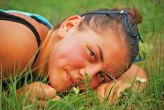 W trawie piękna dziewczyna Fotografia Royalty Free