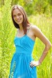 W trawie piękna kobieta Fotografia Stock