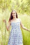 W trawie piękna kobieta Fotografia Royalty Free