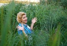 W trawie pinup piękna szczęśliwa zdziwiona dziewczyna fotografia stock