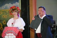 W Ukraińskim stylu Piękny dziewczyny aktorki animator w kostiumu Y krajowym Ukraińskim Nikolay i Pozdeev - artysta estradowy Zdjęcia Royalty Free