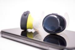 W uszatych hełmofonach na smartphone na białym tle obraz stock