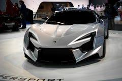 W viaja de automóvel indicando o Fenyr inovativo na exposição automóvel de Dubai imagens de stock royalty free