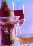 W vino veritas. życie z szkłami zdjęcie stock
