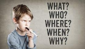 5W vragen, wat, wie, waar, wanneer, waarom, Jongen op grungebackgro stock afbeeldingen