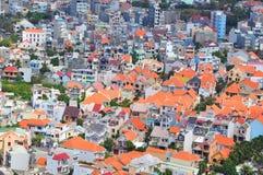 Mali domy napychający w dużym mieście w Azja obrazy stock