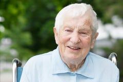 W wózek inwalidzki szczęśliwa starsza dama Zdjęcia Royalty Free