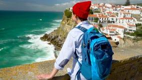 3 w 1 wideo Kobieta z plecakiem cieszy się widok oceanu wybrzeże w różnorodnych malowniczych miejscach Portugalia zbiory wideo