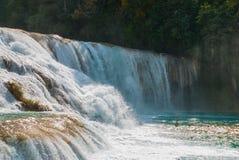 A w widoku Agua Azul siklawy w Meksyk yucatan Palenque Zdjęcia Royalty Free