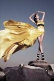 W wieczór żółtej sukni piękna kobieta Obrazy Stock