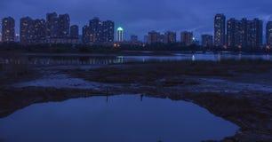 W wieczór brzeg rzeki Fotografia Royalty Free