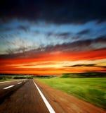 W wieczór krajobrazie asfaltowa rozmyta droga Fotografia Royalty Free