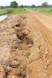 W wiejski rozszczepiony w oddaleniu żwir droga. Obrazy Royalty Free