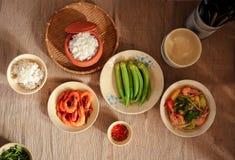 W Wietnam, rodzinni posiłki z wiele Tradycyjny Wietnamski jedzenie byli jeden unikalne kulturalne cechy obraz royalty free