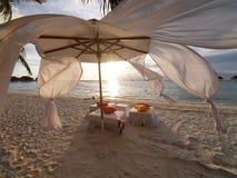 W wietrznym dzień plażowy namiot Fotografia Stock