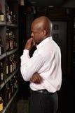 W wino sklepie afrykański facet Zdjęcia Stock