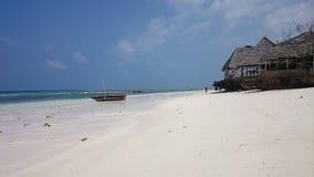 W wiosce Nungwi w północy wyspa Zanzibar, rybacy oferują chwyta, podczas gdy restauracja na plaży uprzejmie fotografia stock