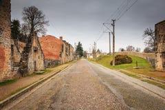 W wiosek ulicach, resztki w ruinach domy niszczący obok Obrazy Stock