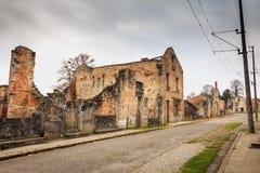 W wiosek ulicach, resztki w ruinach domy niszczący obok Fotografia Royalty Free