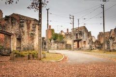 W wiosek ulicach, resztki w ruinach domy niszczący obok Zdjęcie Stock