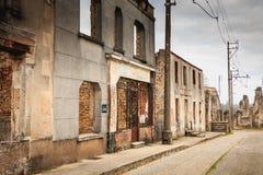 W wiosek ulicach, resztki w ruinach domy niszczący obok Fotografia Stock