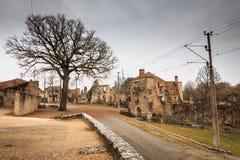 W wiosek ulicach, resztki w ruinach domy niszczący obok Zdjęcia Royalty Free