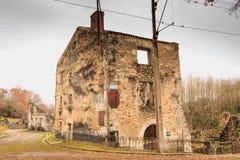 W wiosek ulicach, resztki w ruinach domy niszczący obok Obraz Royalty Free