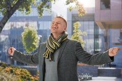 W wiosna świetle słonecznym szczęśliwy facet Obrazy Royalty Free