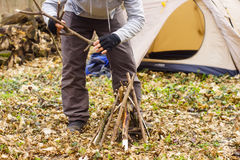 W wiosna lesie namiot z ogieniem a Fotografia Royalty Free