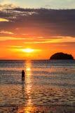 W wschód słońca tle sylwetki dziewczyna Fotografia Stock