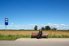 W wsi przerwy autobusowa ławka Zdjęcie Royalty Free