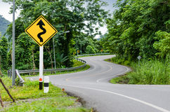 Wąż wyginający się znak ostrzegawczy i droga Obraz Stock