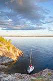 W zatoce mały jacht Zdjęcia Royalty Free