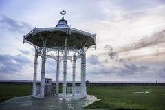 W zawiły sposób bandstand z dramatycznym wieczór niebem obrazy royalty free