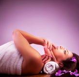 W zdroju salonie piękna dziewczyna Fotografia Stock