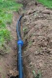 W ziemi kłamstwach czarna drymba dla wody zamyka w górę zdjęcia royalty free