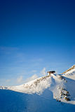 W zima alpejska chałupa Zdjęcie Stock