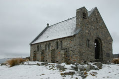 W zima stary kamienny kościół Zdjęcia Royalty Free
