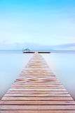 W zimnej atmosferze drewniany molo. Toskanki wybrzeże. Zdjęcie Royalty Free
